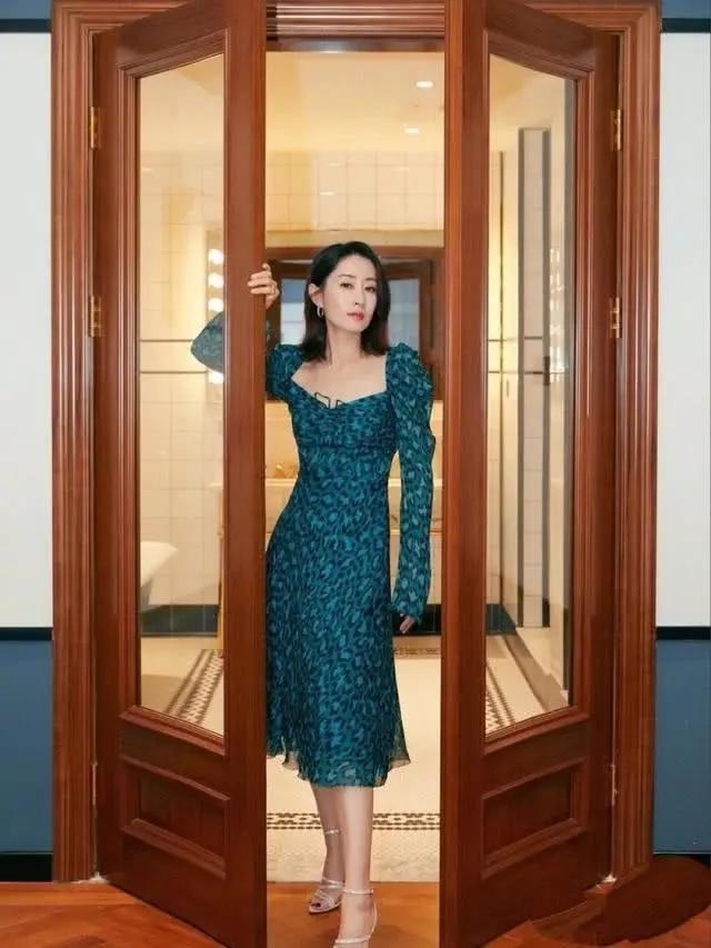 做好身材管理的中年女性有多美?看刘敏涛礼服look,甩年轻人几条街