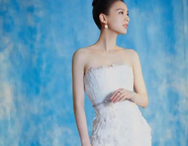 37岁黄圣依不愧是豪门阔太,穿羽毛裙纯洁优雅,太有贵妇感
