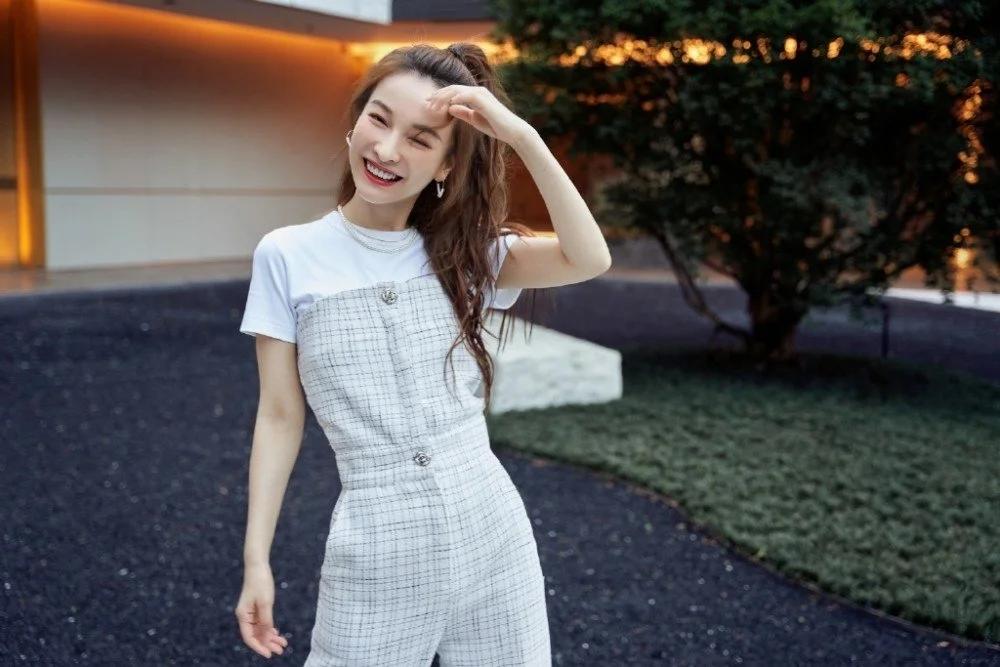 吴昕风格越来越女团化了,穿白T+抹胸连体裤,身材高挑超一流